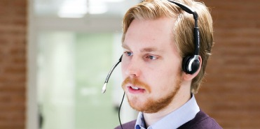 Blonder Mann mit Headset